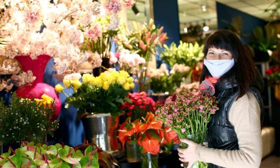 Una florista vienesa posa en su tienda recién reabierta tras la pandemia de coronavirus