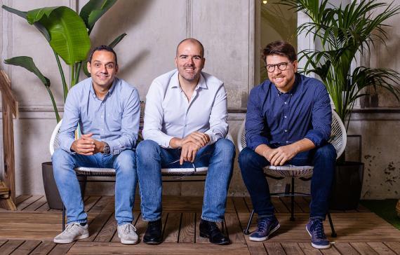 Josep Gaspar (i), Eduardo Cruz (c) y Josh Gabel (d), fundadores de Qustodio.