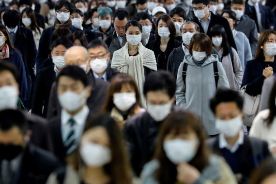 Gente paseando con mascarilla por Tokio durante la pandemia del coronavirus