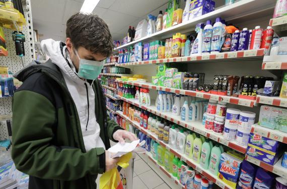 Hacer la compra en el supermercado.