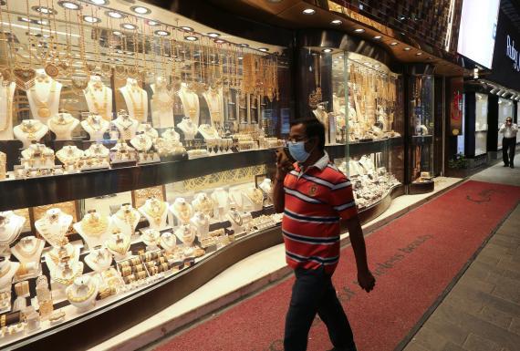 Hombre pasea enfrente de un escaparate de joyas en plena crisis del coronavirus.