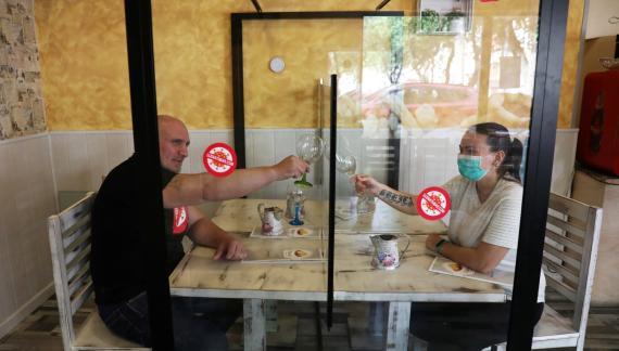 Hosteleros de Leganés (Madrid) prueban el uso de mamparas en sus bares como protección ante el coronavirus