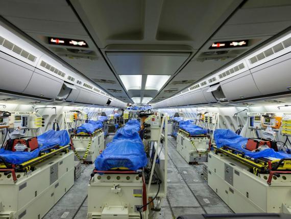 """El interior del Airbus A-310 """"Medivac"""", de las fuerzas armadas alemanas, en Colonia, antes de su partida a Bérgamo el 28 de marzo."""