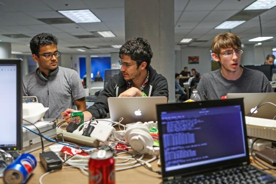 Jóvenes programadores durante un hackaton.