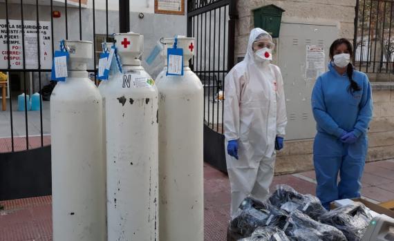 Nippon Gases entrega oxígeno medicinal en una residencia de mayores.