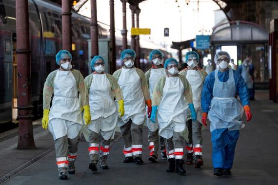 Médicos buscan a un infectado de coronavirus