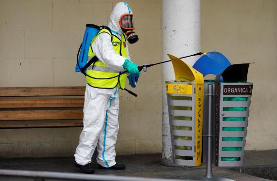 Un miembro de la UME desinfecta la vía pública en medio de la pandemia del coronavirus