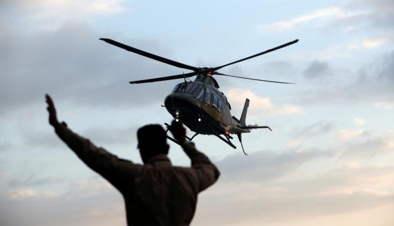 Un militar camboyano asiste en la maniobra de aterrizaje de un helicóptero