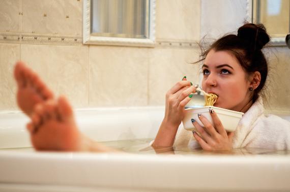 mujer comiendo bañera, hambre, comida