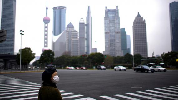 Una mujer observa un paso de cebra desértico en Shanghái, China.