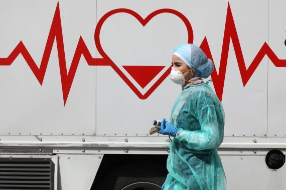 Mujer protegida ante el coronavirus