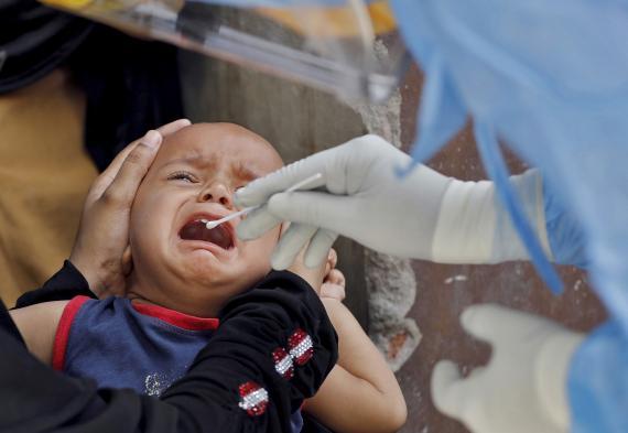 Niño, bebé siendo auscultado por un doctor