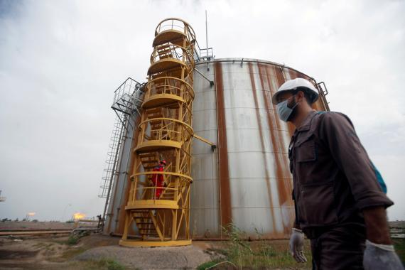 Un operario en un campo de petróleo