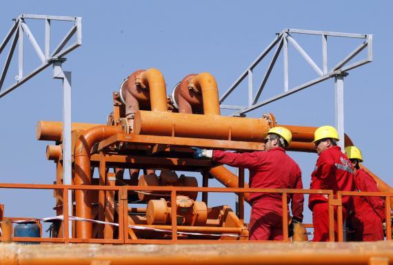 Operarios en una instalación petrolífera de Chevron en Rumania