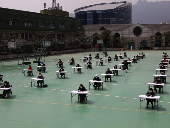 Alumnos en una universidad de Seúl (Corea del Sur) se preparan para hacer un examen.