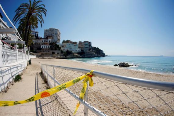 Una playa acordonada por el estado de alarma a causa del coronavirus