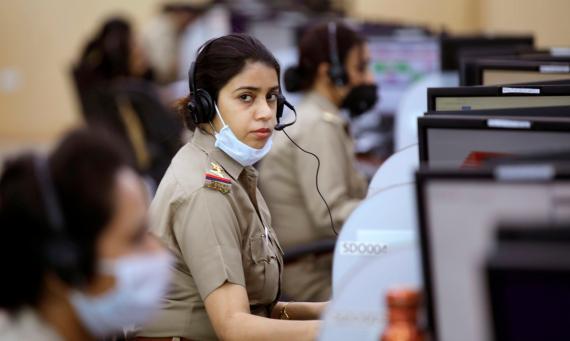 Policías de India en el centro de control de datos de Lucknow