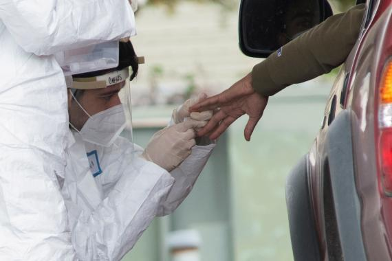 Profesionales médicos en California realizan un test de anticuerpos