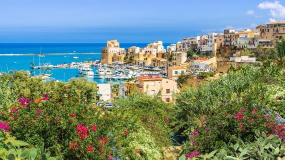 Una vista del puerto de Castellammare del Golfo, en Sicilia