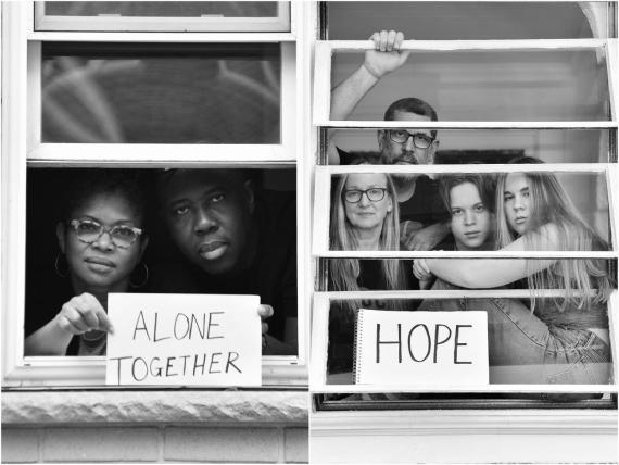 Retratos de Stephen Lovekin de las personas en sus hogares y el mensaje que quieren compartir.