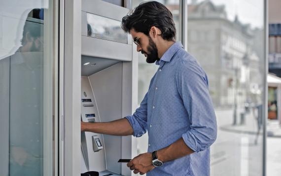 Sacando dinero de los cajeros
