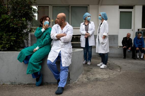 Sanitarios del hospital Evangelismos en Atenas, Grecia, el 20 de abril de 2020.