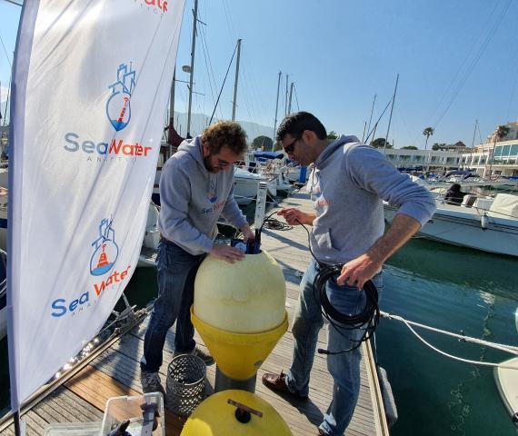 Javier Colmenarejo y Javier Moya, fundadores de Sea Water Analytics, con una de las boyas inteligentes.
