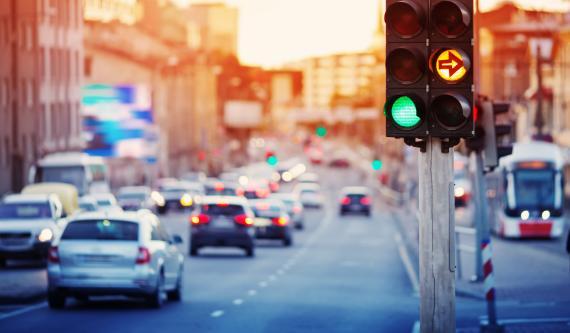 Semáforo en el cruce carreteras