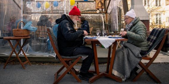 Una pareja cena en una terraza manteniendo la distancia social recomendada; 18 de abril, 2020.