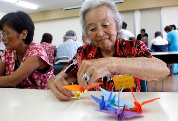 Toyoko Suzuki hace aves de origami en apoyo a las víctimas del terremoto de Japón, 2011.