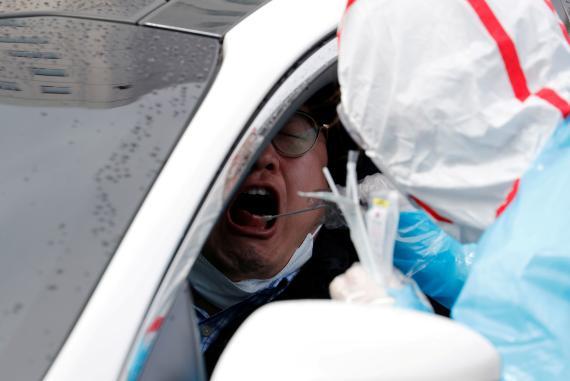 Uno de los test rápidos que se realizan en Corea del Sur sin bajarse del coche.