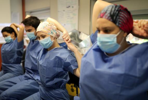 Trabajadores del Hospital Clínico de Barcelona realizan una sesión de yoga antes de su turno en la ICU durante la pandemia del coronavirus.