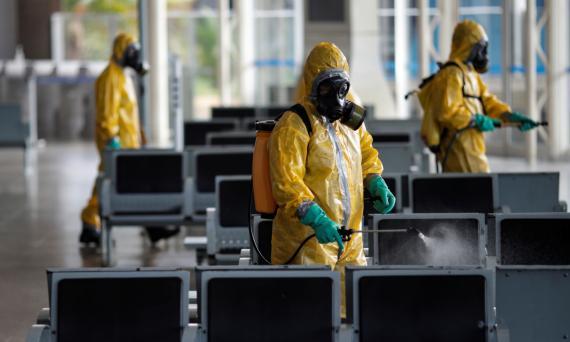Trabajadores sanitarios desinfectan el aeropuerto de Brasilia