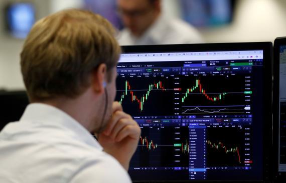 Trader observando su pantalla de ordenador.