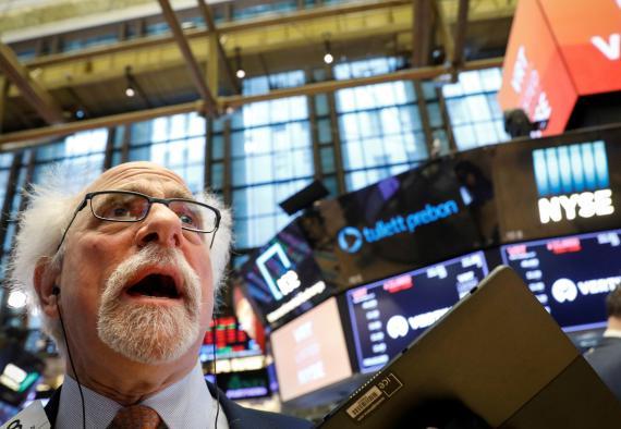 Trader opera y se asombra en Wall Street.