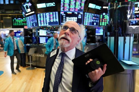 Trader opera en Wall Street en plena crisis del coronavirus.