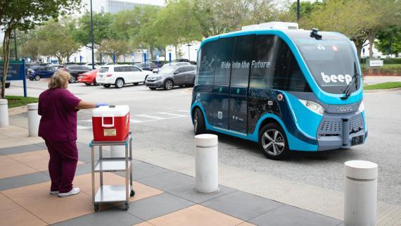 Vehículo autónomo de la Mayo Clinic transportando tests de coronavirus.