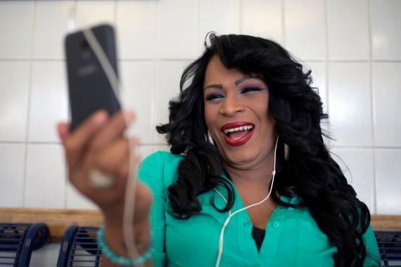 Shannel Cruz ríe mientras habla por videollamada con su madre en Honduras.