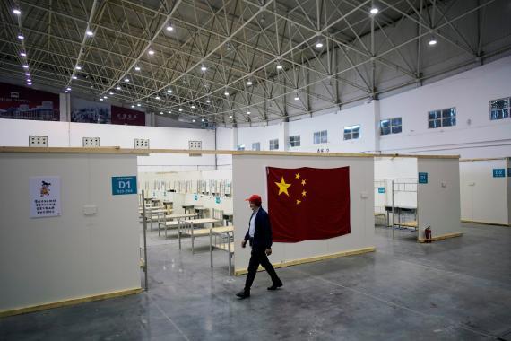Un voluntario en un centro de convenciones que fue utilizado  como hospital improvisado para pacientes con coronavirus en Wuhan, provincia de Hubei (China) 9 de abril de 2020.