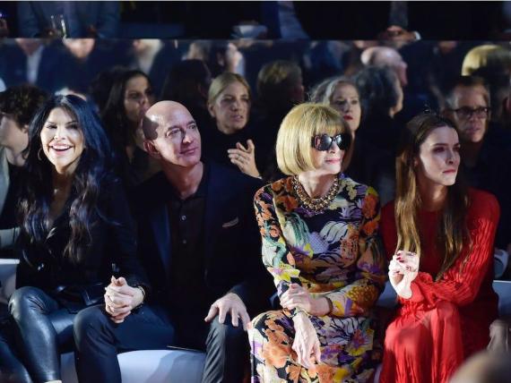 El CEO de Amazon, Jeff Bezos, aparece en una foto con la editora jefe de Vogue, Anna Wintour.