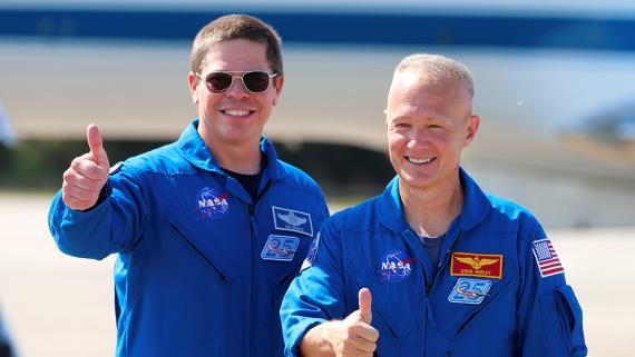 Los astronautas Bob Behnken y Doug Hurley de la NASA posando en Cabo Cañaveral.