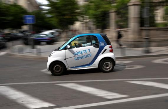 Un coche eléctrico compartido de Car2go circula por Madrid.