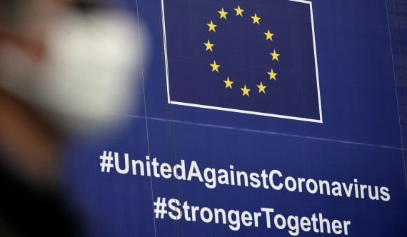 Un cartel sobre el coronavirus ante la fachada de la sede de la Comisión Europea en Bruselas