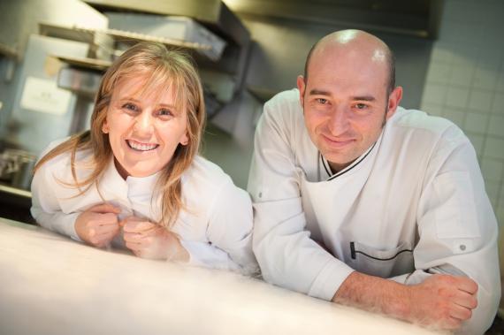 Yolanda León y Juanjo Pérez, chefs y propietarios del restaurante con una entrella Michelin Cocinandos de León.