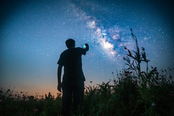 Chico mirando a las estrellas
