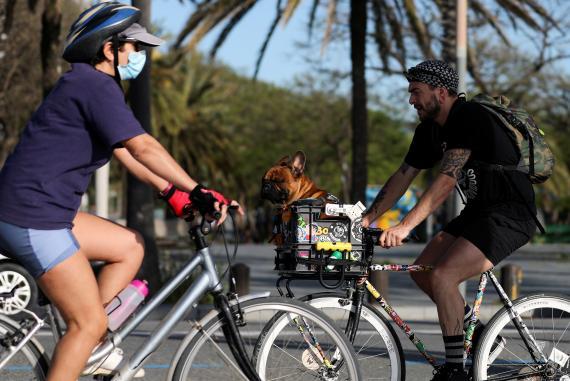 Ciclistas en la playa de la Barceloneta, Barcelona, una vez que el Gobierno ha aligerado las restricciones a los movimientos.