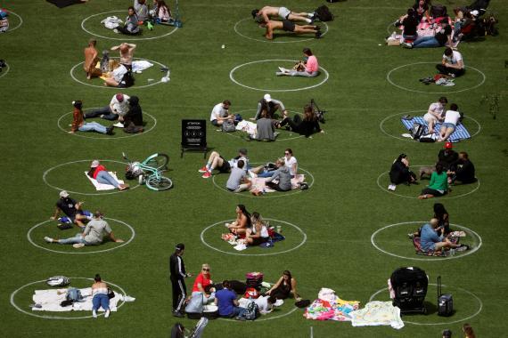 Círculos para mantener la distancia social en un parque de Brooklyn, en la ciudad de Nueva York (Estados Unidos).