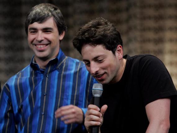 Los cofundadores de Google Page y Brin sonríen durante una conferencia de prensa en Mountain View