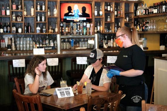 Los clientes son vistos en Puckett's Grocery & Restaurant el 27 de abril de 2020 en Franklin, Tennessee.