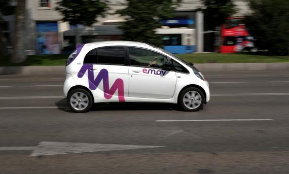 Un coche eléctrico compartido de Emov circula por Madrid.